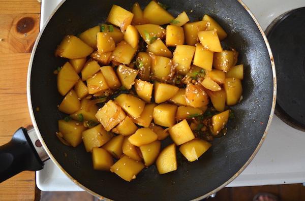 patate in padella cuocendo